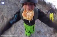مردی که با همبرگری در دهان از کوه پریده