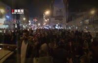 تجمع مردم مقابل بیمارستان