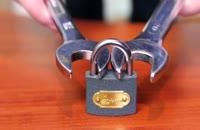 چگونه با آچار قفل رابازکنیم